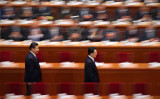 2011年7月、香港のテレビ局が「江沢民死亡」を報じた。突然のこの発表に、多くの中国人が爆竹を鳴らし喜びの声を上げたが、その後国営メディアによって否定された。この報道は、胡錦濤が江沢民に対する全面的な反撃を開始したというシグナルであり、その一連の計画の始まりだったと認識されている (Photo by Feng Li/Getty Images)