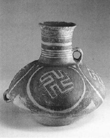 馬家窯文化(ばかようぶんか)カラー陶器の上に描かれた卍符