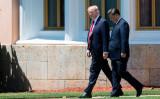ドナルド・トランプ米大統領と習近平中国国家主席は7日、米フロリダ州にあるトランプ氏の別荘周辺で散歩(JIM WATSON/AFP/Getty Images)