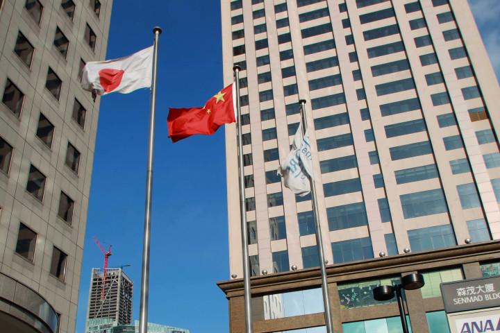 2012年7月、大連市内中心部ではためく日中の国旗(GettyImages)