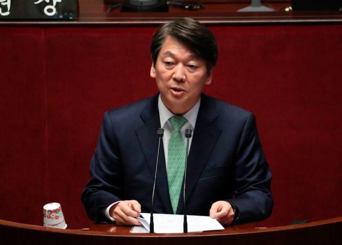 人民党の安哲秀(アン・チョルス)大統領候補は4月12日、韓国国会で憲法改正特別委員会の本会議で演説した(LEE JIN-MAN/AFP/Getty Images)