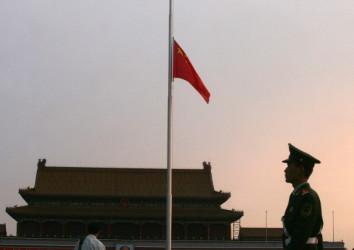 共産党内で腐敗官僚の自殺が増えている、死者の不正の実態は公表されることなく、ほとんどの場合「うつ病による自殺」とピリオドを打たれる(Photo credit should read STR/AFP/Getty Images)