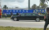 習近平氏の訪米時、トランプ氏の別荘に向かう車両は、法輪功の迫害停止を求める横断幕を目にしたはず(minhui.org)