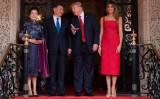 フロリダ州パルム・ビーチにある別荘「マール・ア・ラーゴ」で6日、トランプ米大統領とメラニア・トランプ夫人が、訪米した中国国家主席・習近平氏と彭麗媛夫人を迎える(JIM WATSON/AFP/Getty Images)