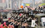 北朝鮮では15日、金日成生誕105周年に合わせて軍事パレードが行われた。戦車に乗った兵士が国民に挨拶している様子。17日に北朝鮮国営放送が公表した写真(STR/AFP/Getty Images)