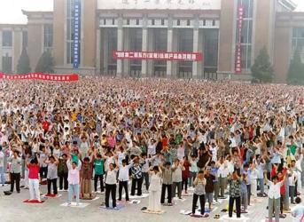 弾圧される前の1998年、遼寧省の庁舎広場前で、早朝の煉功動作(気功)を行う法輪功学習者たち(minghui.net)