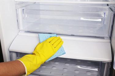 冷蔵庫の中はこまめに拭き、臭い消しを置くとよい(fotolia)
