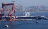 4月26日、大連港から離岸する中国初の空母「遼寧」(STR/AFP/Getty Images)