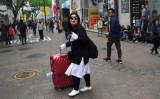 米国のミサイルシステム配備で、韓国の中国人観光客は3月、40%も減少した。4月25日、ソウルの繁華街を歩くトランクを持った女性(JUNG YEON-JE/AFP/Getty Images)