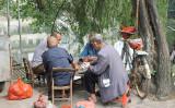重慶の地方の街、河のそばでくつろぐ高齢者たち(Connie Ma)