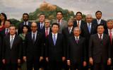 中国の「一帯一路」構想には経済援助と経済開発の名目で、その経済圏にいる各国を掌握し、圏内で中国式の覇権主義を推し進め、北京を中心とした世界経済ネットワークを形成していく狙いと中国の生産過剰を海外に移し、中国経済の衰退危機とリスクを転嫁させるという中国の思惑がある 。画像はAIIB調印式のもの(Takaki Yajima-Pool/Getty Images)