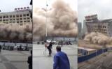 突然のビル崩壊に慌てて逃げる通行人たち(スクリーンショット)