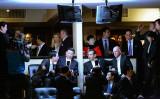 2012年2月、訪米した中国の習近平副主席は、ロサンゼルスのAntonio Villaraigosa市長とカリフォルニア州Jerry Brown知事とMBAバスケットボールの試合を観戦。役職はすべて当時(Kevork Djansezian/Getty Images)