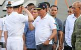 フィリピンのドゥテルテ大統領は5月1日、同氏の故郷の港に到着したの中国海軍のフリゲート艦を迎え、中国軍将校と敬礼を交わす(MANMAN DEJETO/AFP/Getty Images)