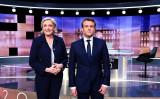 7日、フランス初の女性大統領が誕生するという「まさか」が起きるのかに、人々の関心が集まっている。画像は2人のフランス大統領候補、向かって左にルペン氏、右にマクロン氏 (ERIC FEFERBERG/AFP/Getty Images)