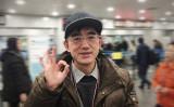2016年12月、中国を出国する直前の孫毅さん。成功したことを示すOKサイン(本人提供)