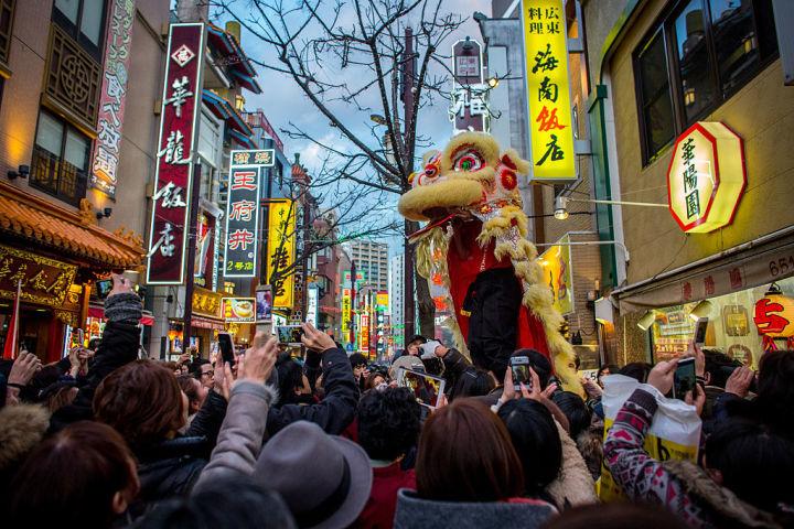 中国が日本に送り込んでいるスパイは5万人。横浜の中華街で獅子舞いが上がり、旧正月が祝われる(Chris McGrath/Getty Images)