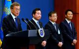 10日、青瓦台で会見する文在寅(ムン・ジェイン)大統領と、隣に立つ李洛淵(イ・ナギョン)首相ら(Kim Min-Hee-Pool/Getty Images)