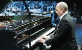 習近平国家主席を待つ間、魚釣島迎賓館でピアノを演奏したロシアのウラジーミル・プーチン大統領。写真は2010年、サンクトペテルブルクのチャリティーコンサートで演奏するプーチン大統領(ALEKSEY NIKOLSKYI/AFP/Getty Images)