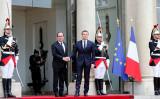 マクロン大統領とオランド元大統領はエリゼ宮殿で握手を交わした。(Thierry Chesnot/Getty Images)