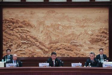 中国主導の経済サミット「一帯一路」が北京で5月15日、16日に開かれた。円卓会議に参加している(左から)ロシアのウラジーミル・プーチン大統領、中国の習近平国家主席、アルゼンチンのマウリシオ・マクリ大統領(LINTAO ZHANG/AFP/Getty Images)