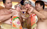 神奈川県相模原市の亀ケ池八幡宮では5月14日、赤ちゃんたちの健やかな成長を願う「泣き相撲」が行われた(TORU YAMANAKA/AFP/Getty Images)