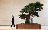 「一帯一路」サミット閉幕、各国の思惑相違、投資の透明性、人権など課題残る。2日目、会議場までの廊下を歩く中国外交部長・王毅氏(Jason Lee-Pool/Getty Images)