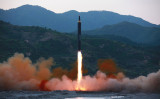政府によると、北朝鮮が29日朝、弾道ミサイル1発を発射した 。写真は14日に発射された弾道ミサイル。(STR/AFP/Getty Images)