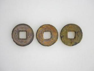 出土した中国古代の貨幣。古銭には、向かって右に「貨」、左に「泉」の文字がある(南あわじ市教育委員会)