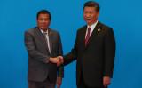 フィリピンのドゥテルテ大統領と中国の習近平主席は、北京で開かれた経済サミット「一帯一路」で握手をかわす(Roman Pilpey-Pool/Getty Images)