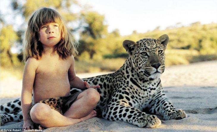 ティピさんが6歳の時、ナミビアで。彼女の親友のレオパードと共に(スクリーンショット)