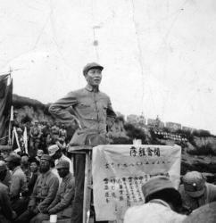 1939年、延安に抗日思想を教育する大学をつくり演説する毛沢東(Hulton Archive/Getty Images)