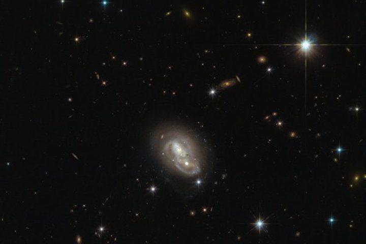 ぶつかり合う二つの銀河(ESA/Hubble & NASA)