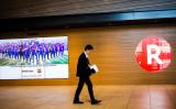 「楽天」を「LOTTE」と勘違い?中国人ファン、新ユニフォームでFCバルセロナを批判。2016年11月、東京で、FCバルセロナのスポンサー企業のひとつである日本の楽天市場のロゴと選手たちのディスプレイが掲げられている通路(BEHROUZ MEHRI/AFP/Getty Images)
