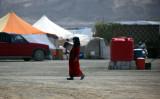 6月13日、イスラム国(IS)に占拠されたシリアのラッカで、難民キャンプにいる少女(DELIL SOULEIMAN/AFP/Getty Images)