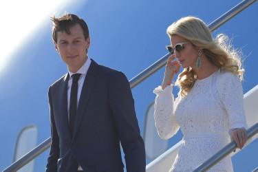 5月23日、ローマに到着したジャレッド・クシュナー米大統領上級顧問とイヴァンカ・トランプ大統領補佐官(MANDEL NGAN/AFP/Getty Images)