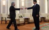 習近平氏の旧友で駐中アメリカ大使は中国SNSで「米中は共通課題に直面」と語った。2013年4月15日、アイオワ州知事テリー・ブラインスタッド氏は、中国国家主席・習近平氏と北京で面会(Andy Wong-Pool/Getty Images)