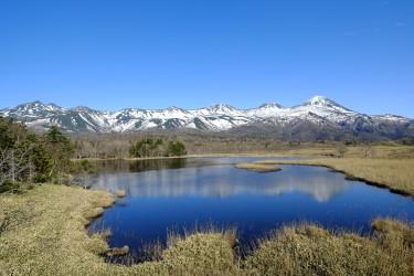 知床五湖・一湖と知床硫黄山(野上浩史/大紀元)