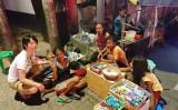 ホームレスの家族と一緒に写るたかしさん(Facebook | Takashi Castillo)