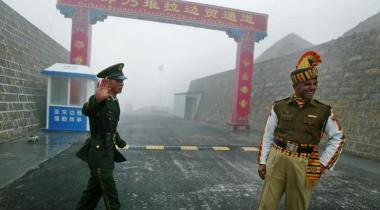 中国とブータンの国境係争地で、緊張が高まっている。国境近くの兵士たち(AFP/Getty Images)