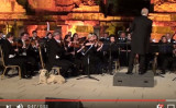 トルコの古代都市で開催されたクラシックコンサートに、突如現れたレトリバー(スクリーンショット)