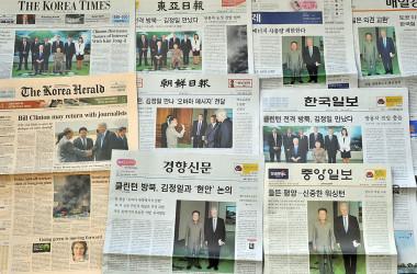 元米大統領ビル・クリントン氏は2009年8月、北朝鮮を訪問し、金正日氏と面会したことを報じた韓国紙(KIM JAE-HWAN/AFP/Getty Images)