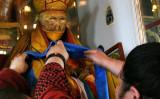 死後、ミイラ化した仏として寺院に祀られているロシアの僧侶。人々が服を着せて飾っている (HO/AFP/Getty Images)