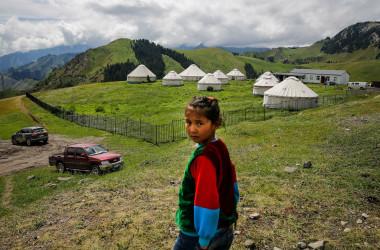 カザフスタン人が住む中国新疆ウイグル自治区伊宁市で、振り向く少女(Wang He/Getty Images)