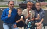 偶然に撮影された4人家族の写真 (Joyce Rhinehart/Facebook)