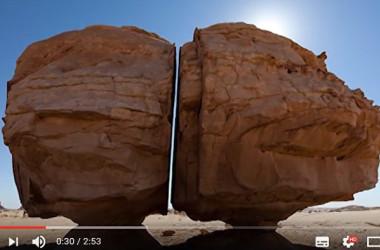 サウジアラビア・タイマの砂漠にある真っ二つに切断された神秘的な巨石(スクリーンショット)