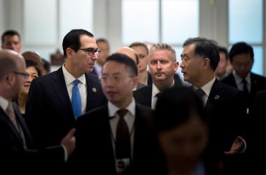 米中経済対話、貿易などの溝を埋められず、記者会見は中止となった。スティーブン・ムニューシン米財務長官(左)と汪洋・中国副総理(右)が会場入りする前に会話(BRENDAN SMIALOWSKI/AFP/Getty Images)
