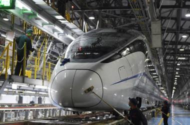 中止や延期が相次ぐ、中国の高速鉄道計画。2017年5月、重慶で清掃中の高速鉄道の車両(STR/AFP/Getty Images)。