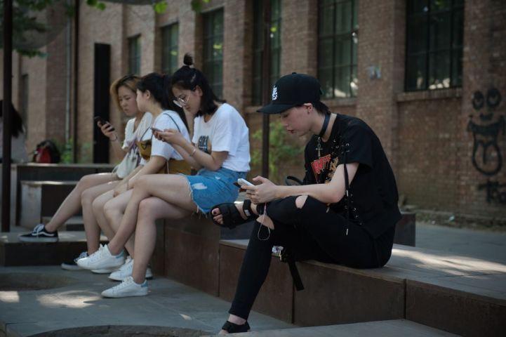海外旅行を利用してネット封鎖が突破できるソフトウェアを入手する中国人が後を絶たない。(NICOLAS ASFOURI/AFP/Getty Images)