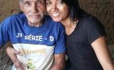 足の不自由なシルバさん。娘のロザニーさんと共に(Facebook | Alexandre Caetano – Eu Conheço.)